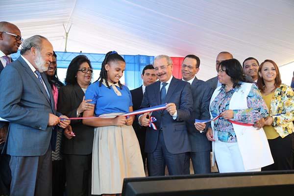 Resultado de imagen para Presidente Danilo Medina entrega liceo para 945 estudiantes en Santo Domingo Este; dotado de facilidades para enseñanza-aprendizaje de calidad